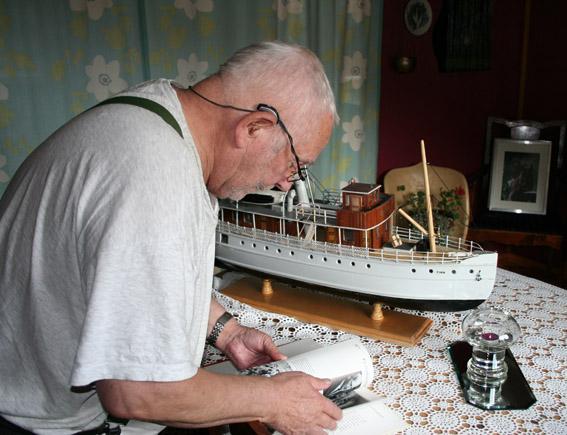 På besøk hos ekteparet Mogen i 2010. I bakgrunnen Olavs modell av DS Tinn (1), som sank ved sjøsettingen på Tinnsjøen i 1910