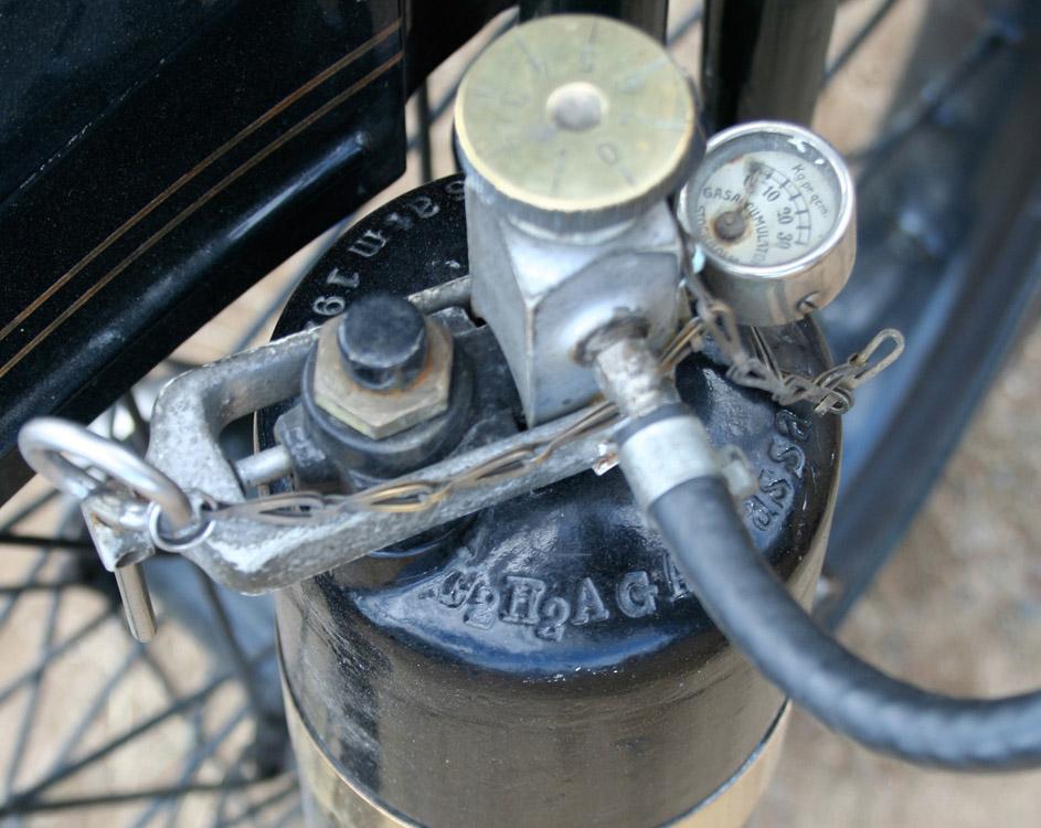 Komplett AGA acetylengassaccumulator til lysanlegget av samme type som på Spanjola, Deler til et likt som skal frontstaget mellom sykkel og sidevogn er samlet sammen