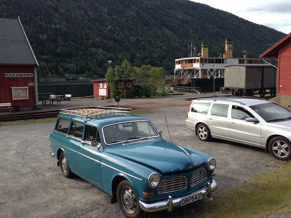 Tur til Atrå 3. juli 2014. Stopp ved Mæl stasjon der jernbanefergene DF Ammonia og MF Storegut ligger for anker. DF Ammonia har vært stand in for DF Hydro i diverse spillefilmer.