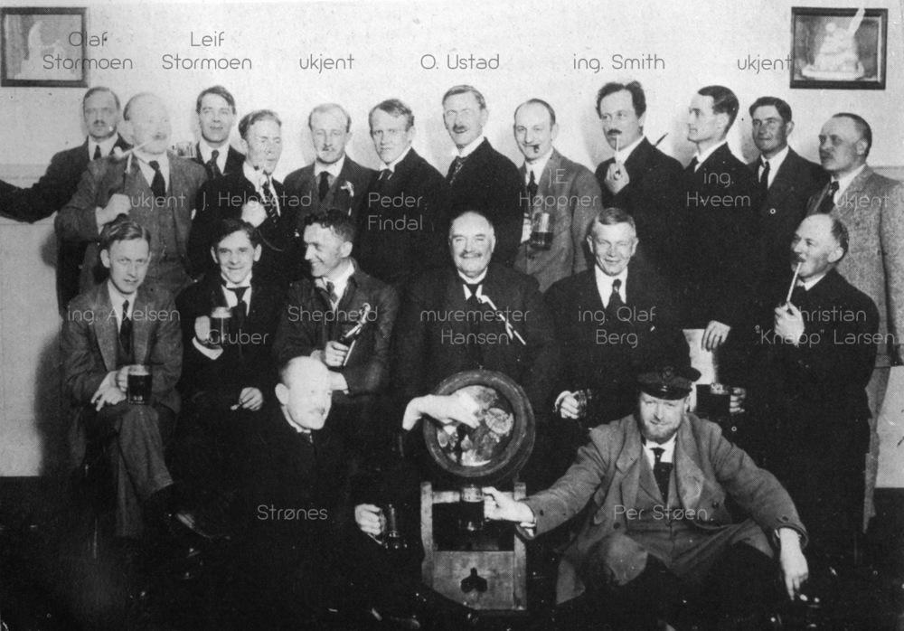 """RMCK medlemmer i sangerkjelleren. Bilde med navnhenvisninger fra """"Rjukan bind II"""""""