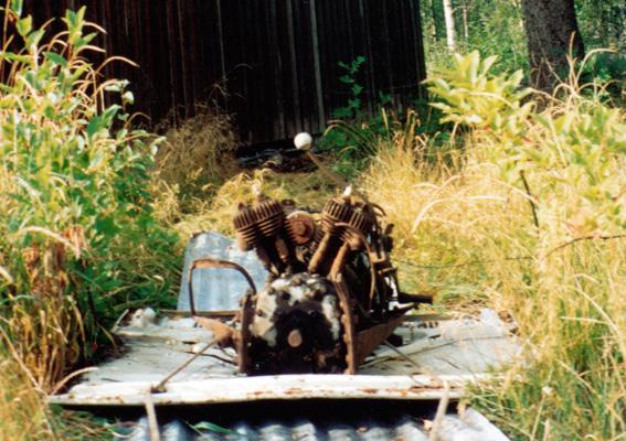 Motoren trekkes frem fra krattet på et bilpanser i 1994