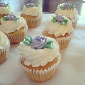 cupcakes_rosespurple.jpg