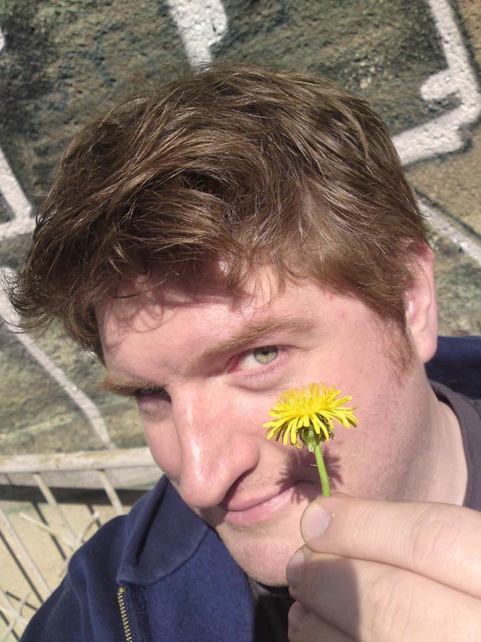 """""""Doch will auch immer artig sein..."""" Gronau erholt sich in einer Drehpause beim Blumenpflücken, Foto: Marc Zwinz"""