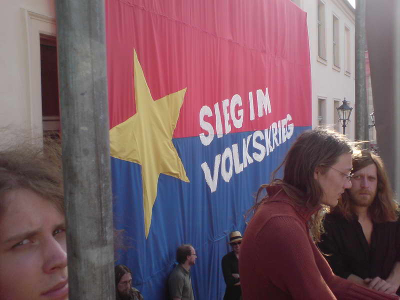 Mit Fahnen, Matten und immer einem Krümel Freiheit im Beutel.  Foto: Marc Zwinz