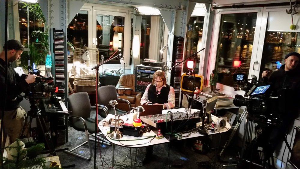 Stadtindianer Alan Novak (Rocko Schamoni) in seinem Radiostudio am Hamburger Hafen. [Foto:M.Zwinz]
