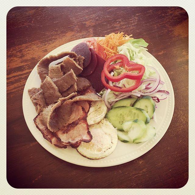 Hello West! @its_nauhtym CUSTOM breakfast. Freshly shaved kebab meat, bacon & eggs w/ salad 😍 #breakfast #kebab #eggs #bacon #instafood #foodporn