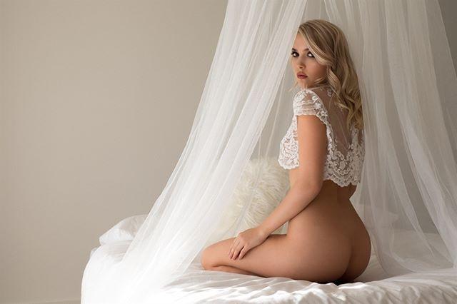 Little bit of bridal boudoir for this lovely Saturday Morning 👰💖 💃@sylphsia 💄@melodycaitlinmua  #lingerie #hotisthenewblack #boudoirinspiration #femalemodel #sensualskin #brisbaneboudoir #beautyandboudoir #uncoverme #sensuality #boudoirshoot