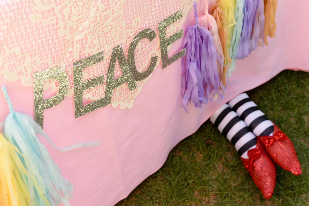 Peace Tassel Banner : Instagram.com/glamfete
