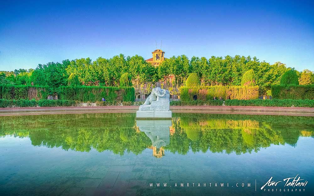 A walk in Parc de la Ciutadella will bring peace and some awesome shots along.