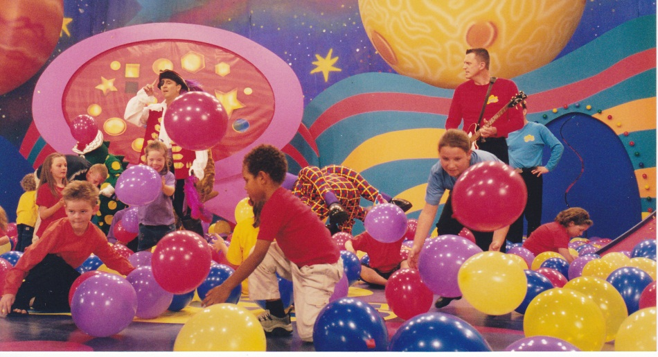 balloon drop wiggles stage show 5jpg