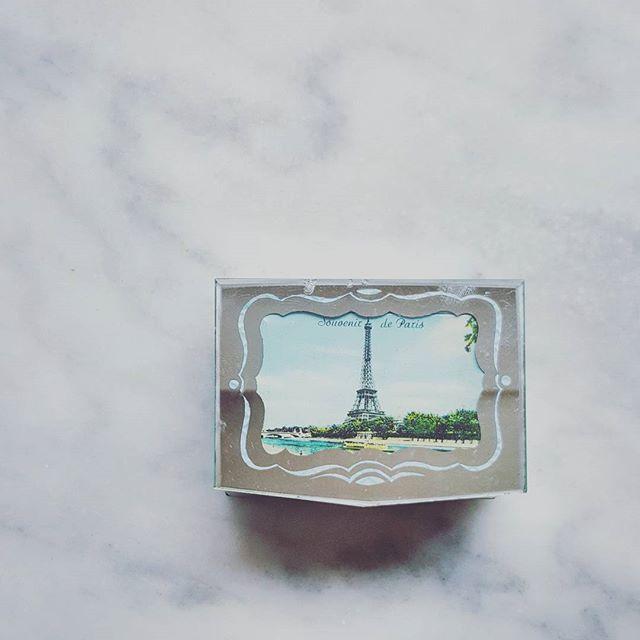 Du nouveau chez @un_air_de_famille! Sélection d'accessoires de décoration vintage... #archipel #vintage #unairdefamille #vintageshop #vintagestyle #souvenir #paris #decor #decoration #deco #archipel_paris