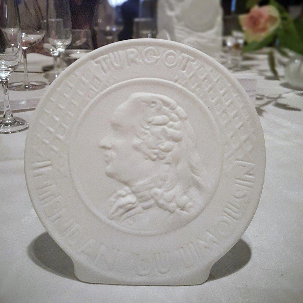 """Le médaillon """"Turgot"""", en porcelaine biscuit, de Limoges bien sûr"""