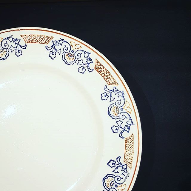 Rendez vous cet après midi chez @un_air_de_famille avec une sélection d'arts de la table vintage. #popup #weekend #vintage #vaisselle #ceramics #ceramic #porcelaine #vintageshop #vintagestyle #tabletop #france #blue #red