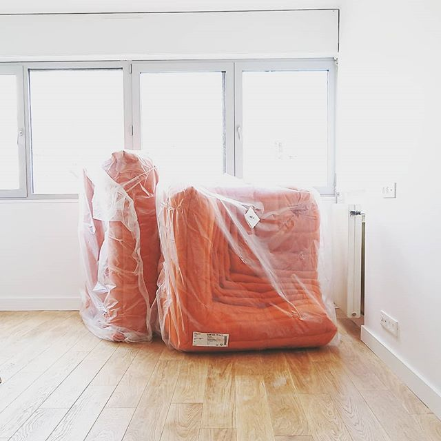 Un peu de mobilier fera pas de mal... . . . . . #travaux #appart #appartement #flat #workinprogress #work #obras #paris #paris20 #parisxx #pyr #home #togo #ligneroset #orange #canape #sofa #parquet #bois #deco #decor #decoration #interior #interiors #interiordesign #archi #archidaily #architecture #classic #vintage @grandhuit_architecture @ligneroset_fr
