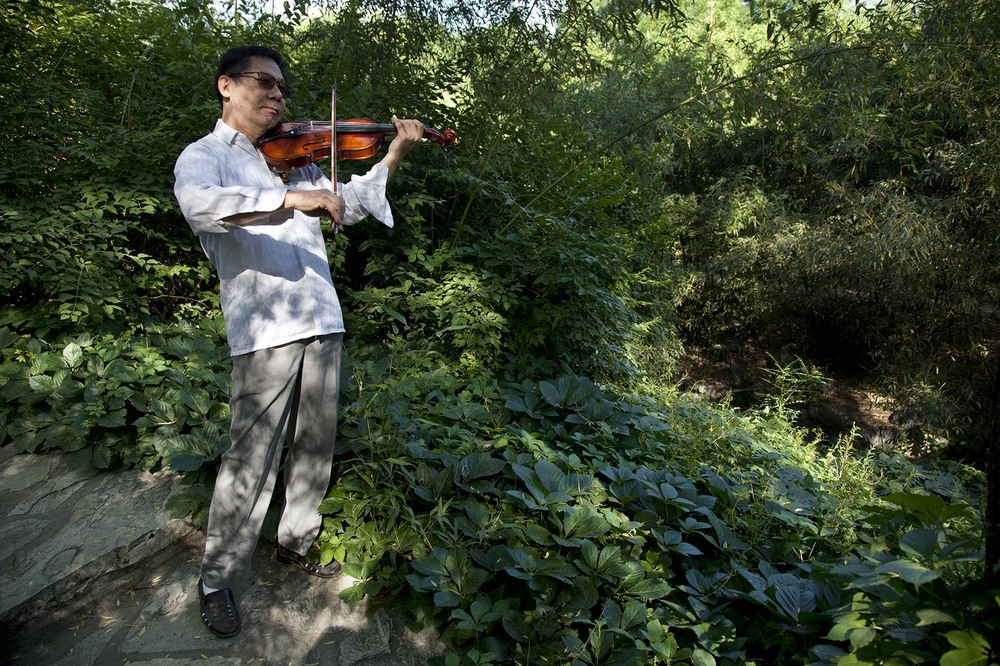 Man playing the violin in Zizhuyuan Park.