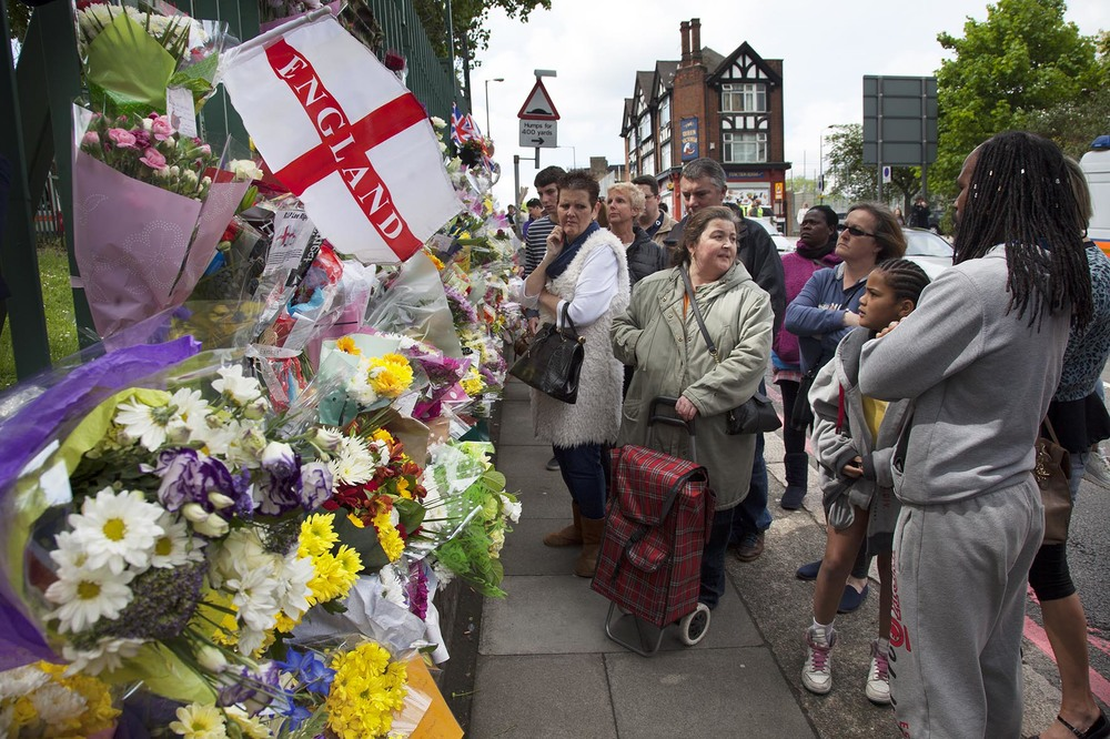 Following the murder of drummer Lee Rigby in Woolwich every section of the local community brings flowers and messages of condolence and support.  For Die Zeit.