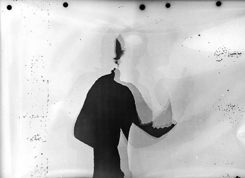 Fotogram av meg som holder kurs på folkeuniversitetet.     —— Oslo Fotokunstskole holdt en paneldebatt om håndverk og materialitet i fotokunsten.  Dag Alveng, Marte Aas, Eivind Lentz og Mikkel McAlinden deltok, og temaet åpnet opp for at debatten skulle gå i veldig mange retninger som alle kunne være spennende. Det ble en del uinteressant snakk om det er en stigende eller synkende interesse rundt fysisk og analogt fotografi. Alle som skal vise bildene sine offentlig må forholde seg til valget om å produsere fysiske fotografier eller holde seg til skjermvisninger. Og da blir håndverk og materialitet til en serie valg man uansett må jobbe seg gjennom når man lager bilder. Men de viktigste delene av diskusjonen handlet for meg om hvordan, og ikke minst hvorfor, en fotograf velger å arbeide digitalt eller analogt. Ordskiftet gikk frem og tilbake om hvorfor paneldeltagerne hadde valgt som de hadde gjort. Dag Alveng snakket om sitt tradisjonelle utgangspunkt og sin fascinasjon om idèen det vakre i kunsten. Mikkel McAlinden var opptatt av å fotografiske fetisjer og ville heller jobbe med filosofiske tanker basert på visuell informasjon. Men konkrete konkluderende uttalelser satt langt inn hos alle. Eterhvert degenererte ordskiftet til en debatt om hvor virkelighetsbeskrivende svarthvitt fotografier egentlig er. Panelet må uansett ha fungert for jeg ble sittende og formulere en konklusjon for meg selv. I mitt hodet ble det tydelig at man ofte velger analogt eller digitalt utifra hvordan man som fotograf interesserer seg for fotografiets forhold til virkeligheten. Dersom du ønsker å si noe om det direkte avtrykket av virkelighet, slik McAlinden kom inn på, så gir det mening å bruke analogt materiale. Da har filmen blitt fysisk påvirket av virkeligheten og ved å være et håndfast bevismateriale gir de det ferdige bildet ikke bare en aura av sannhet, men et reelt stempel av ektehet. Så selv om McAlinden digitalt klipper og limer bildene sine sammen, fotograferer han på film sli