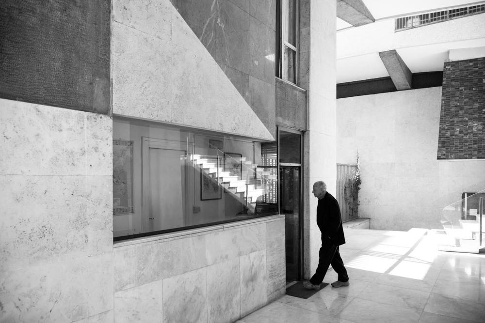 Ampie vetrine, piccole feritoie, semplici tavoli e architetture costruite come acquari umani.    Catalogo di portinerie d'autore di palazzine romane.    Progetto G. Carioti e T. Sacconi