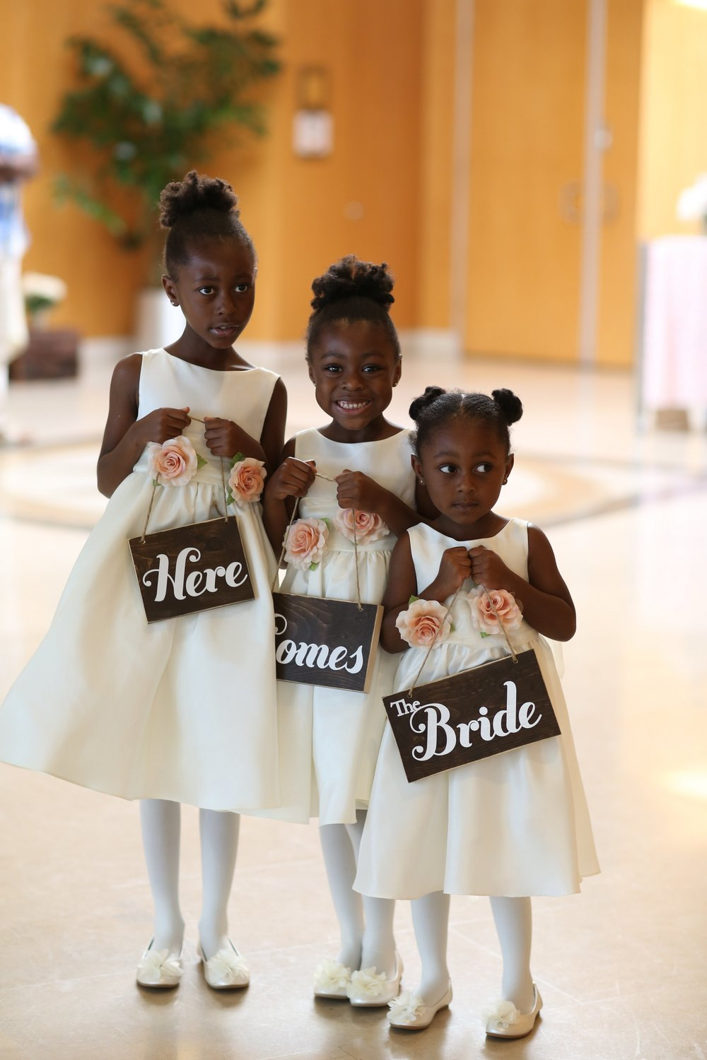 How adorable are these sisters?!! Cutest flower girls ever!