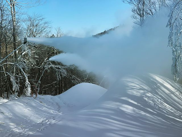 Seven Steps smokin' it @mountsnow 🖤 . . . #snowlogic #allmountain #lowe #snowmaking
