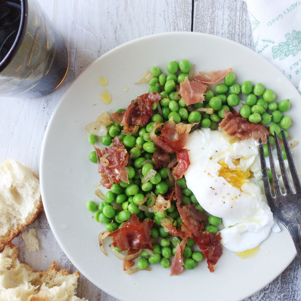 Poached eggs with green peas and crisp prosciutto