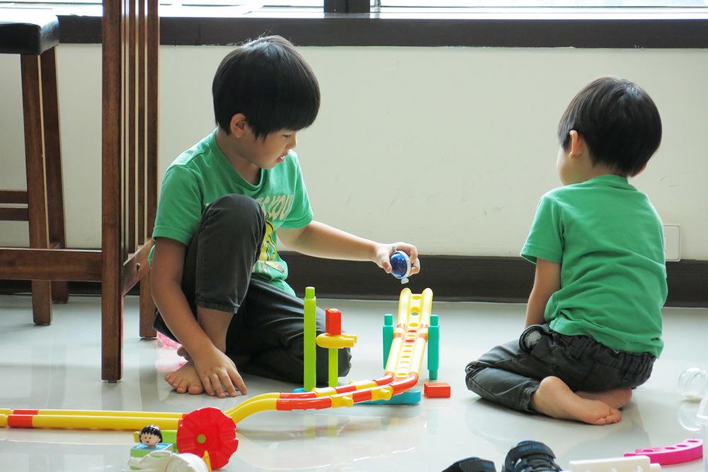 孩子在一邊也在忙著!