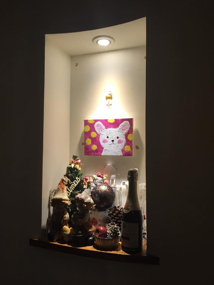 餐廳櫥窗所擺放的裝飾品,在挑選的適當燈具下也可以做出聚光燈的圓錐型狀效果.jpg