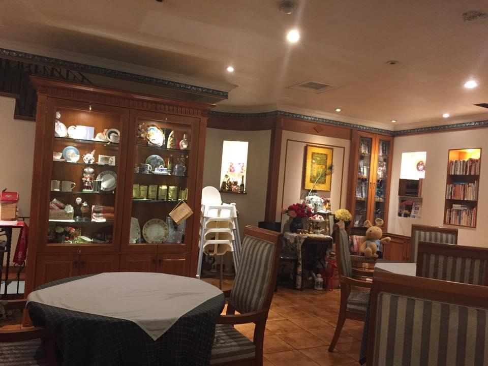 餐廳內環境典雅別緻,古典音樂和書籍環繞身邊,營造放鬆寧靜的氛圍.jpg