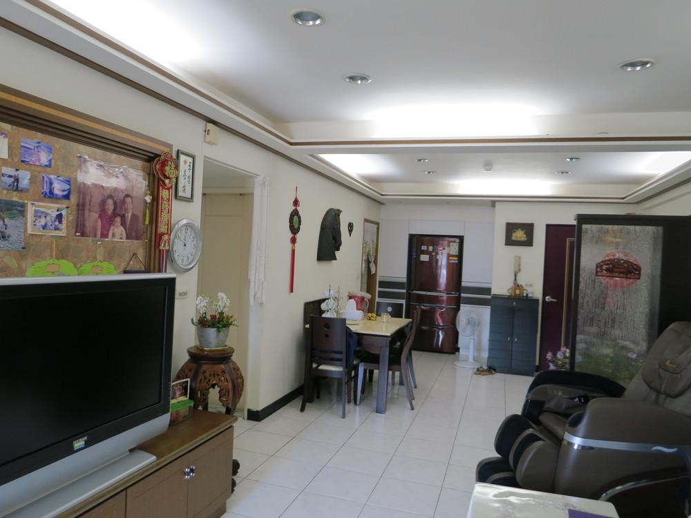 LED柔和的照明,讓馬媽媽與朋友在家中觀賞電影時舒適而愜意.JPG