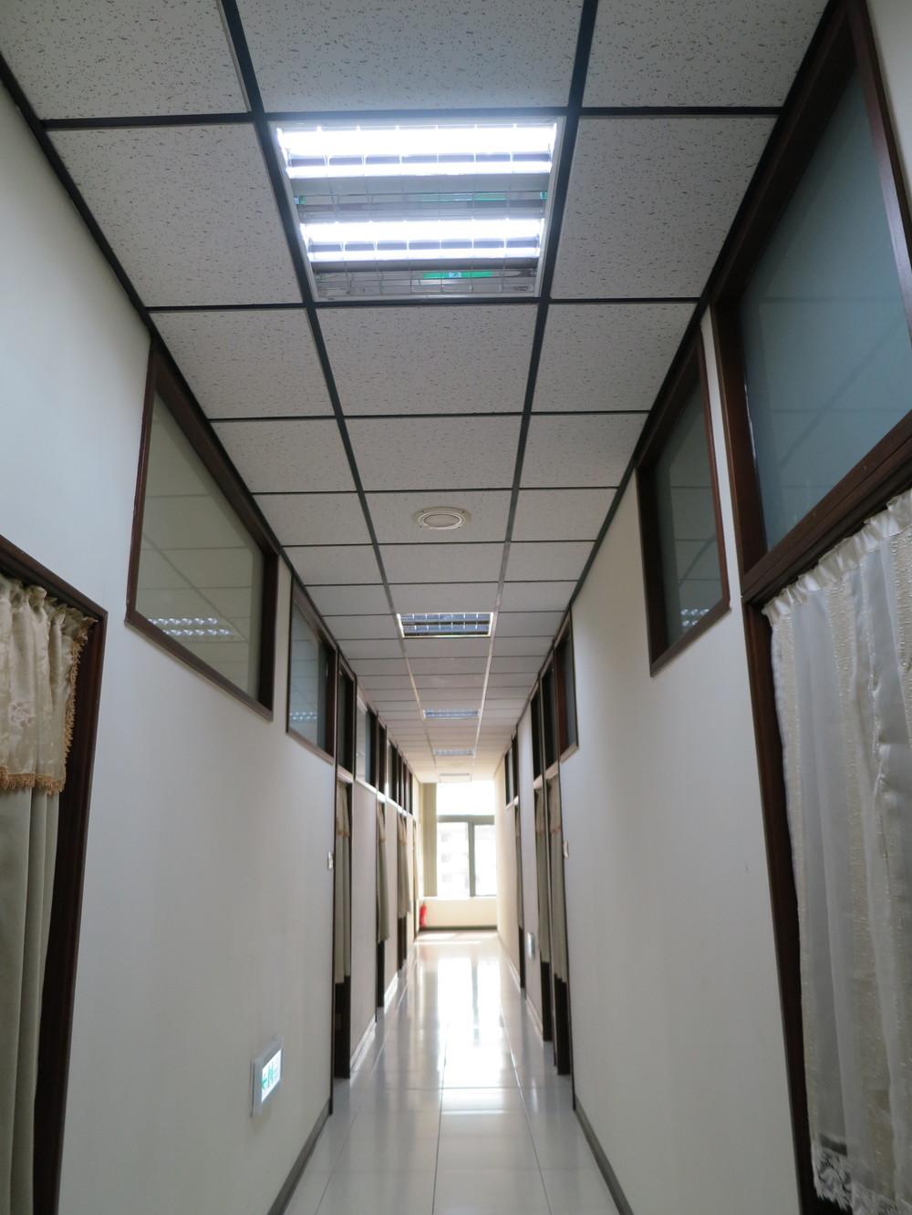 狹長的走廊,僅用幾根LED燈管便能有清晰的照度。.JPG