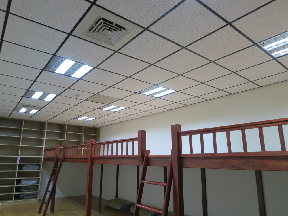 只需要兩根LED燈管,室內便能極為明亮。.JPG