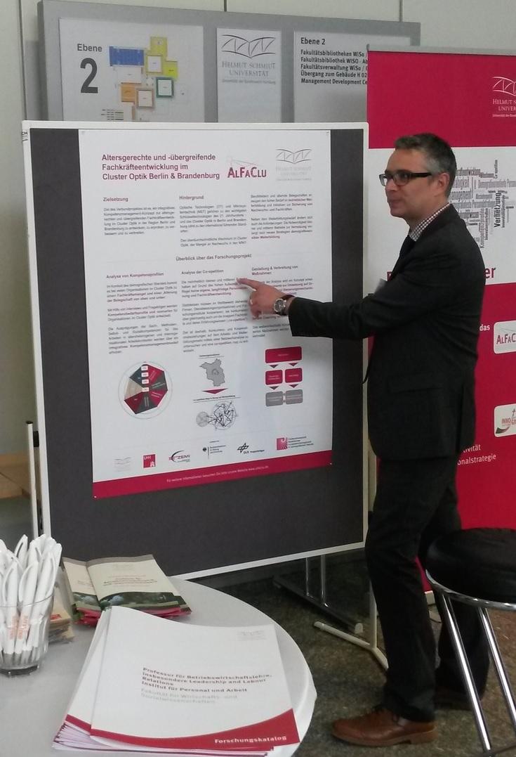 ©  Wiebke Kannenberg    Univ.-Prof. Dr. Stephan Duschek bei der Erläuterung eines AlfaClu-Bausteins beim Open Campus der HSU.