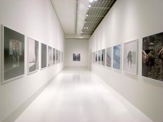 この空間の写真構成には、多様な呼応の形で視覚的や意味的な連想の可能性を観客に与える。(画像は「http://quotationmagazine.jp/column/post-1688」から引用)