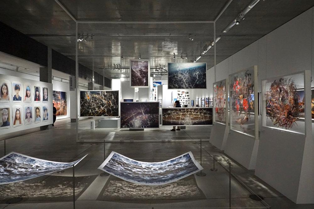 多種表現形態的作品在空間中互相交疊。