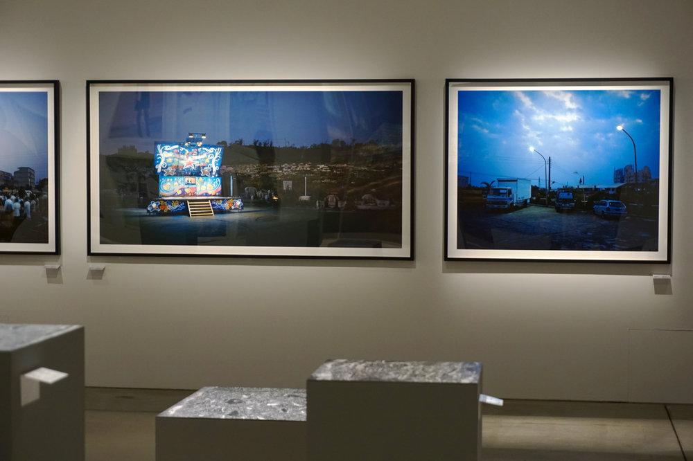 「STAGE」16件組作的正中間兩張作品,使整個牆面產生了抑揚頓挫的效果。