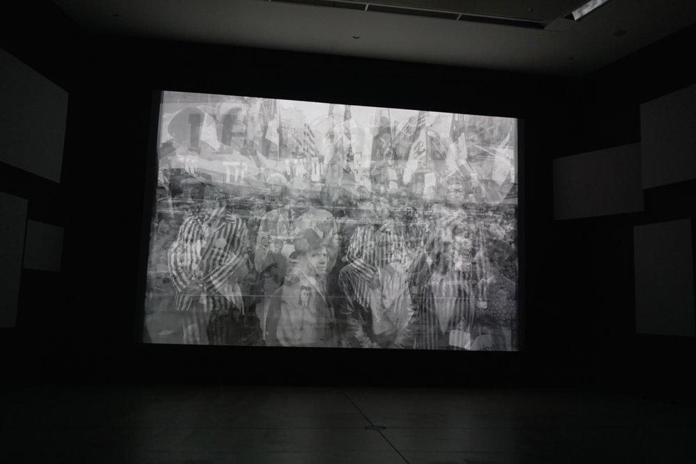 影片結尾大量影像加速替換交疊,並逐漸收束於單一螢幕。