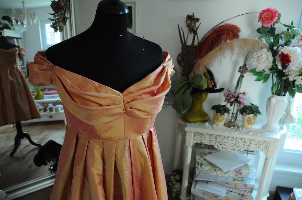 Robe de cocktail en douppion de soie changeant rose orangé