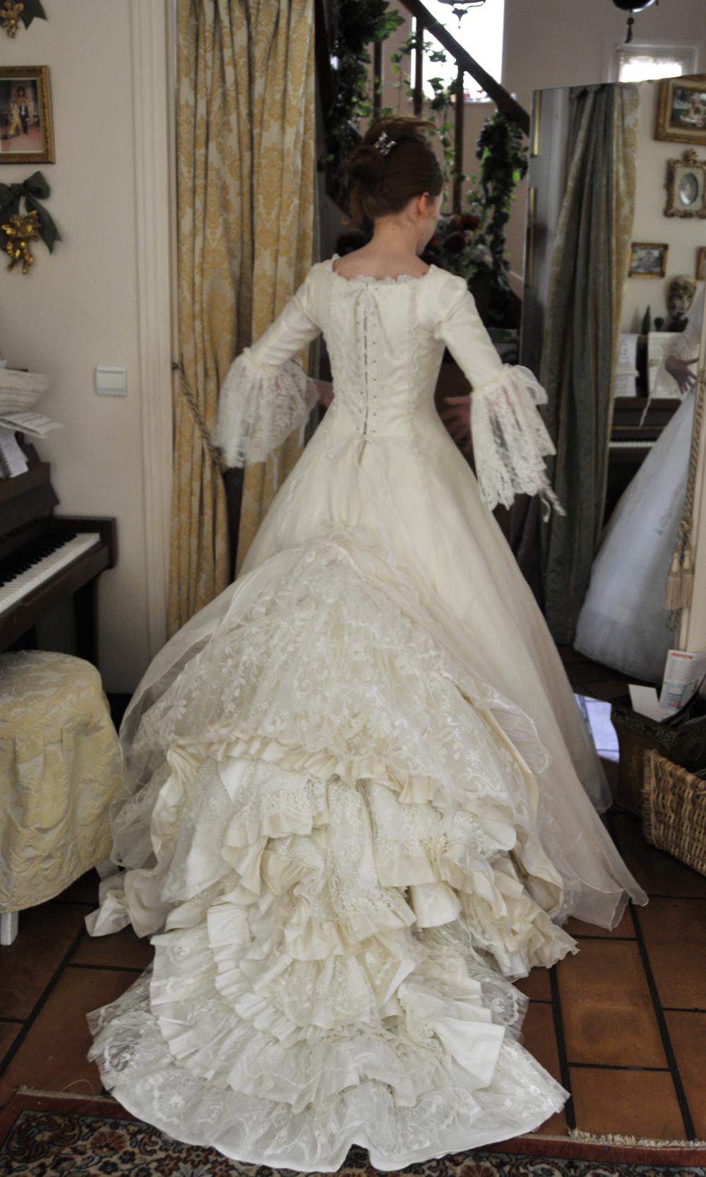 Robe de mariée en soie à longue traîne de dentelle