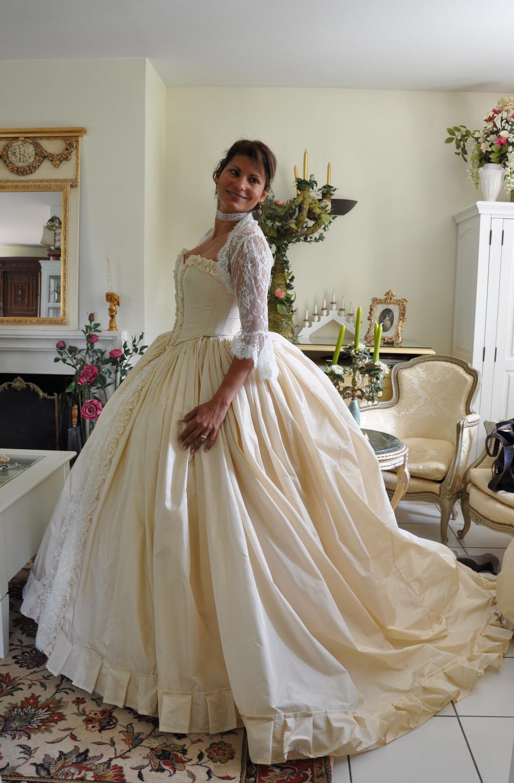 Robe de mariée en taffetas et dentelle de Calais.
