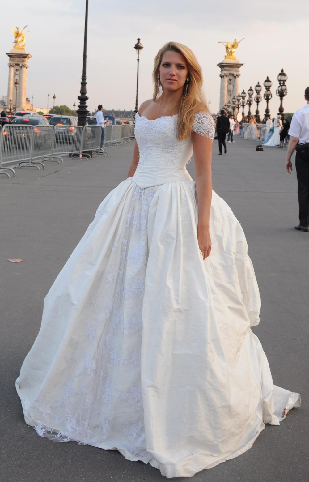 Robe de mariée Fantasja longue en soie sauvage et tulle brodé perlé d'Agnès Szabelewski