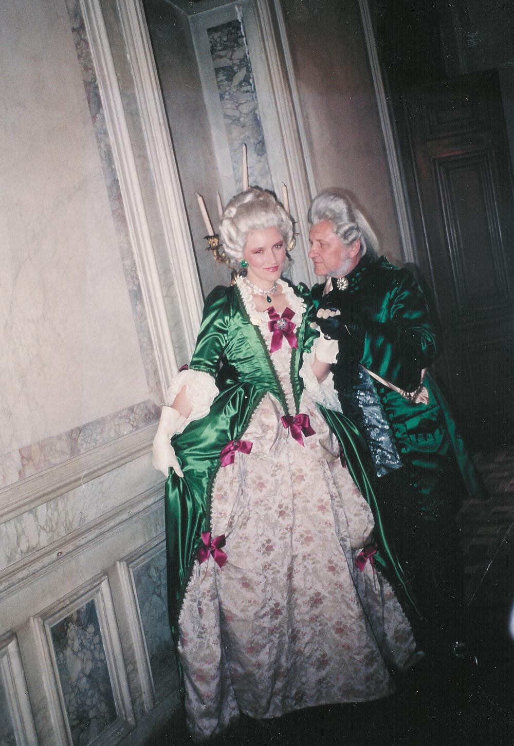 Robe XVIIIe siècle verte et tissu broché à fleurs avec dentelle de Calais