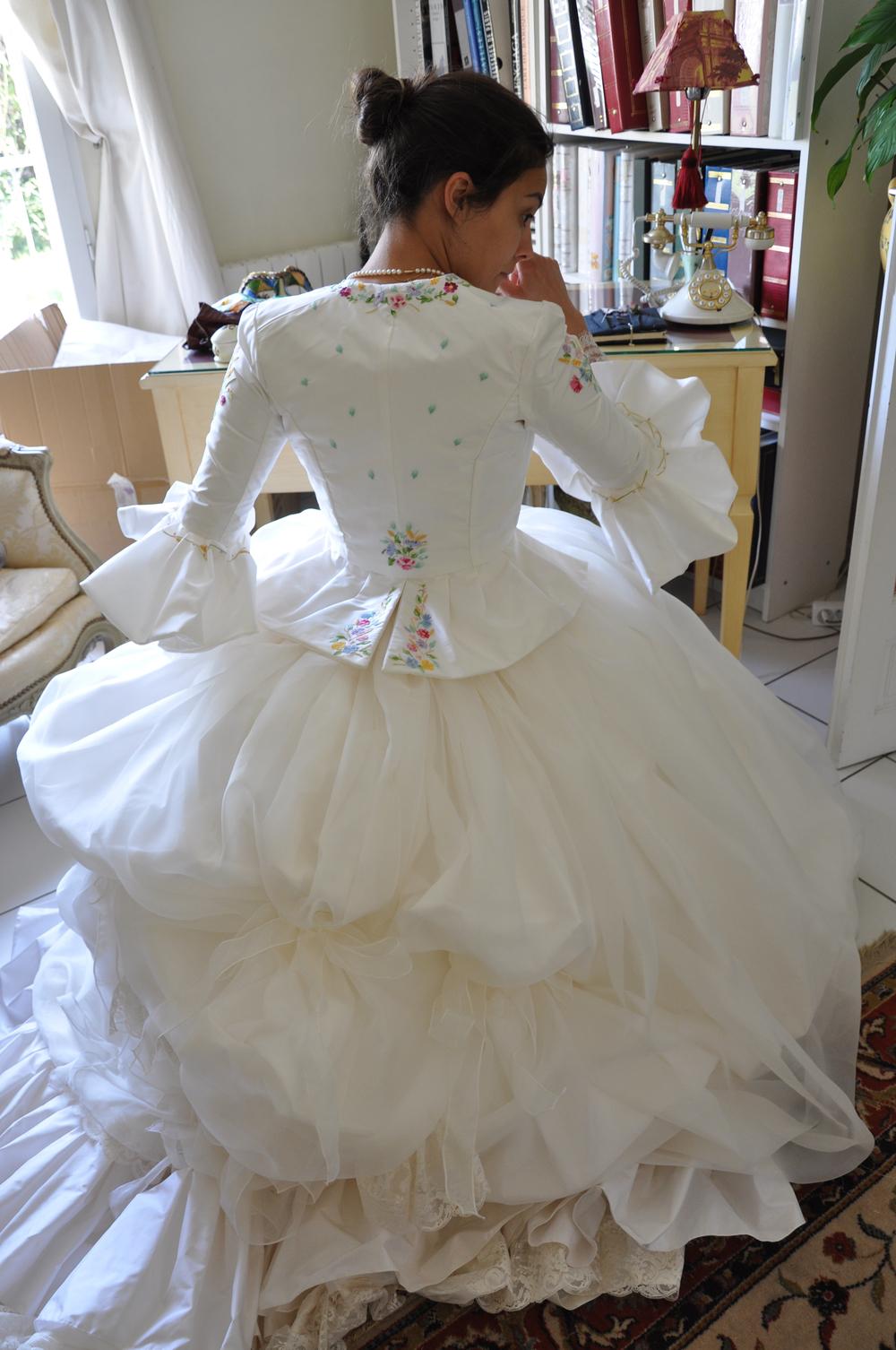 Robe de mariée en soie et dentelle de Calais, Veste en soie brodée main par Marie-Claude Chambon