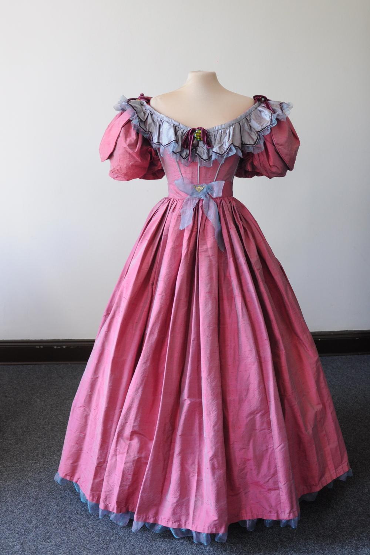 Robe 1830 en soie rose foncé