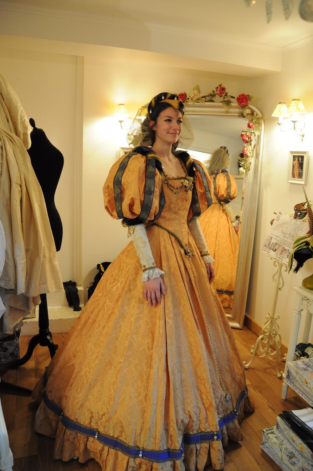 Robe Renaissance en brocart doré