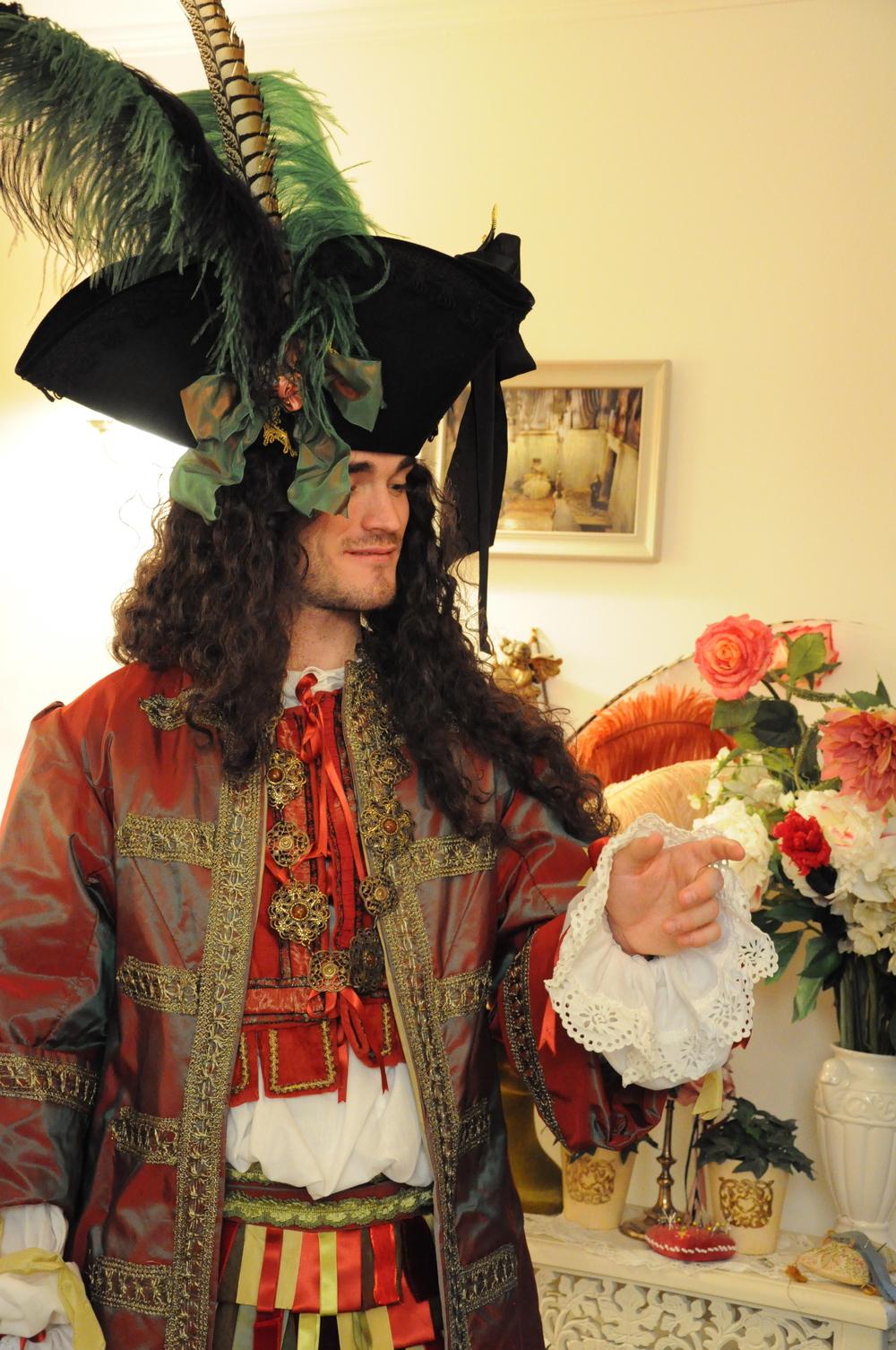 Costume Louis XIV rouge et vert et Tricorne décoré