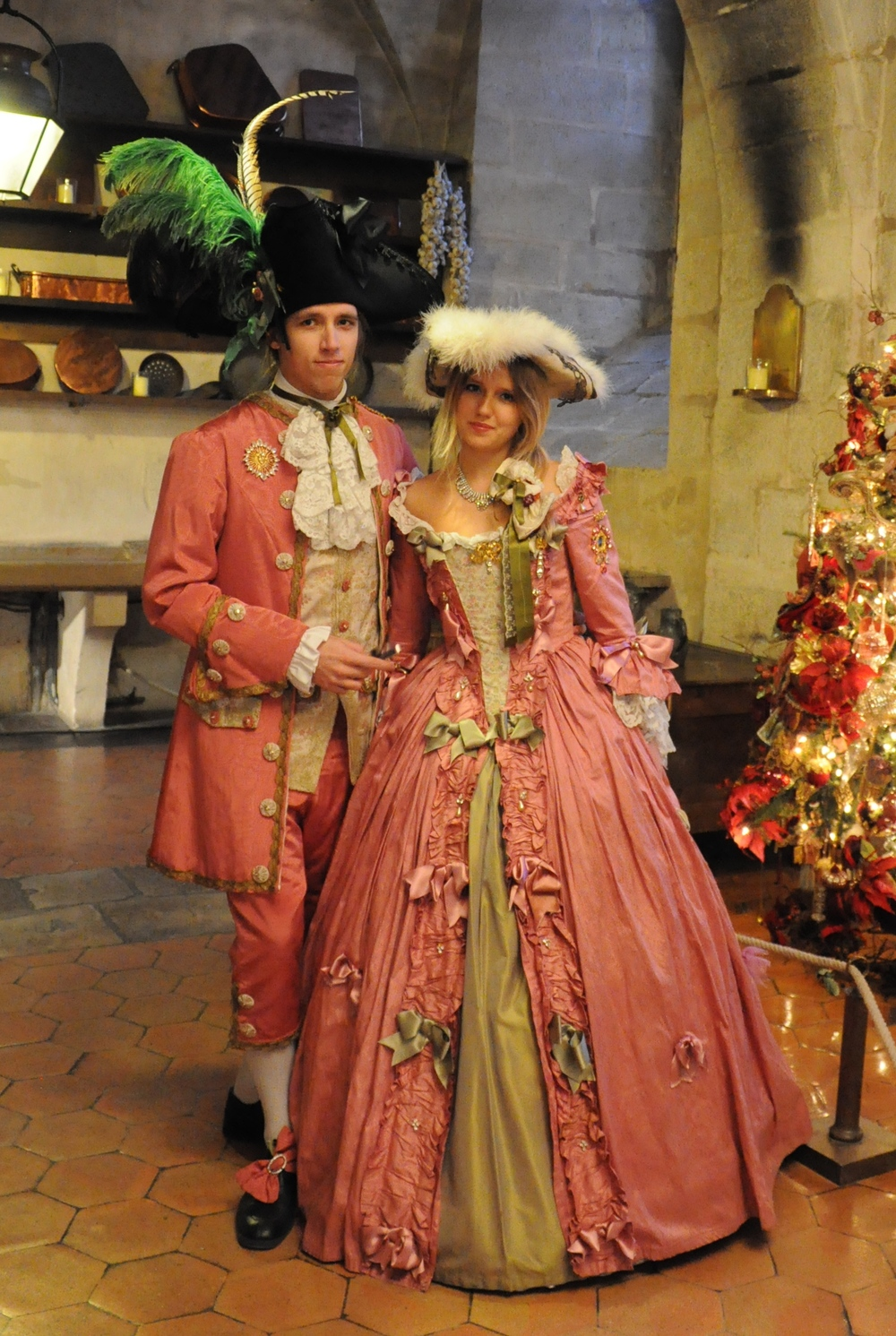 Costumes 18e siècle rose et vert homme et femme