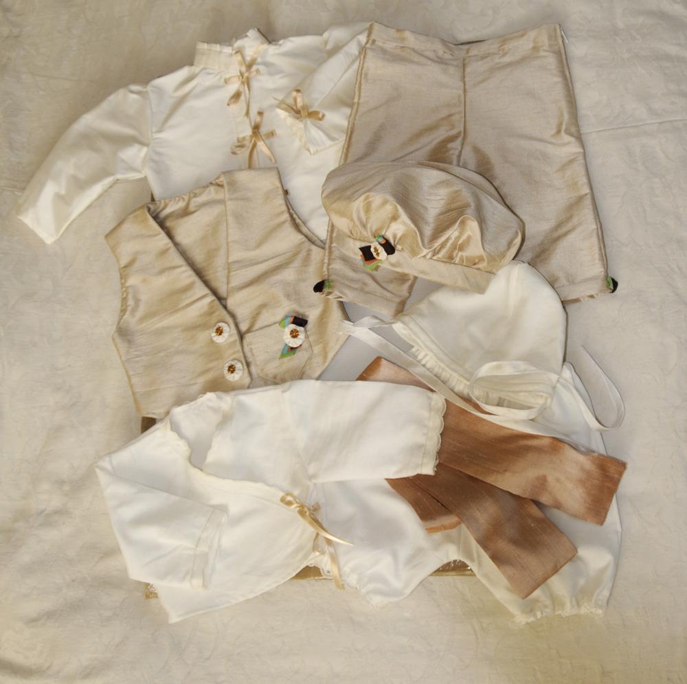 Habit de baptême en soie beige avec chapeau et dessous en coton