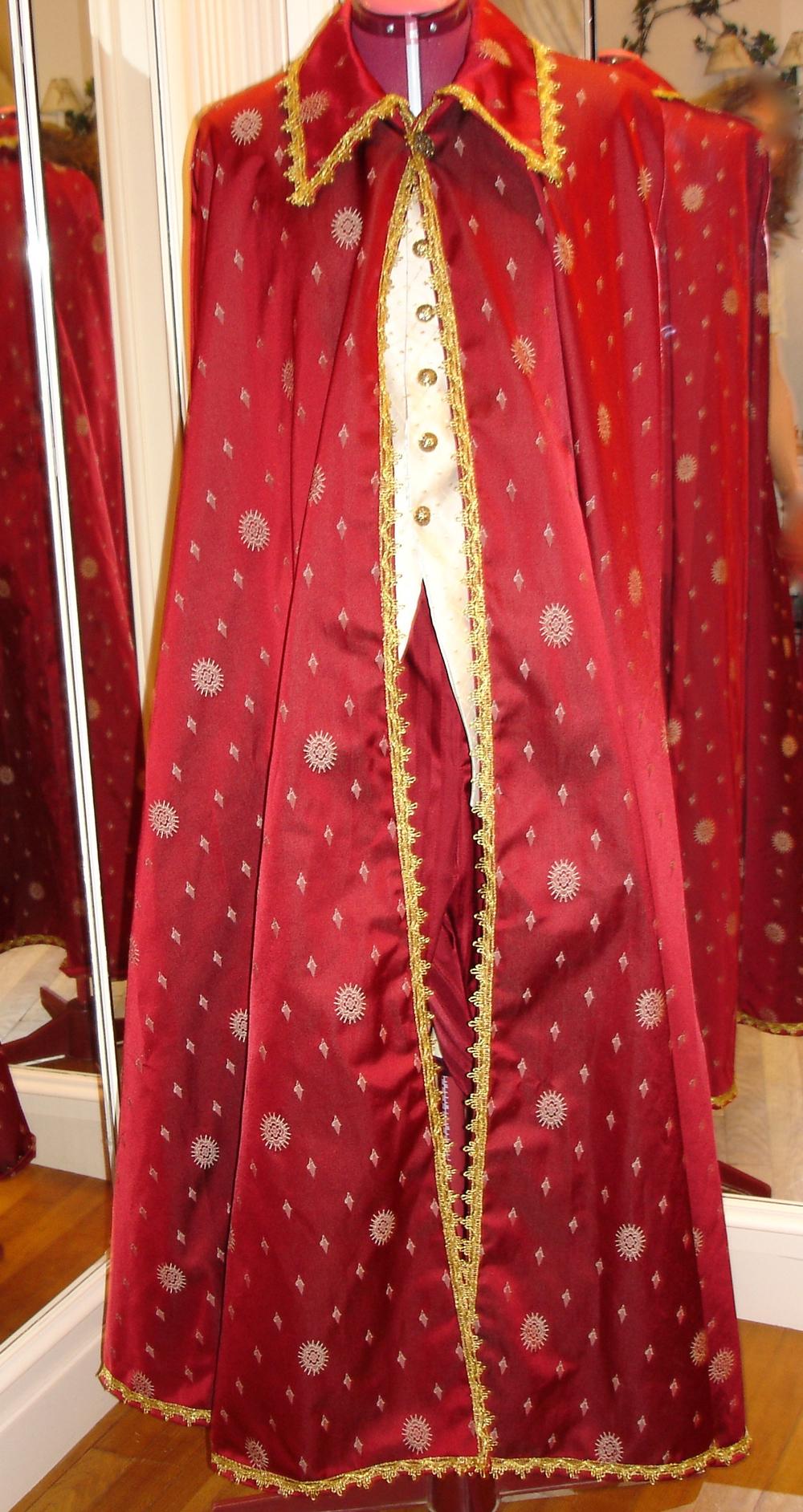 Cape en damassé rouge avec galon doré