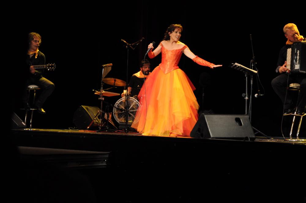 Jupe en tulle de différentes couleurs pour la chanteuse Sandrine Adrien
