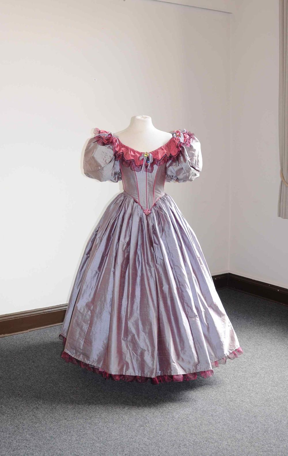 Robe 1830 en soie mauve